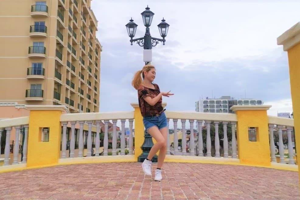 アメリカンビレッジで踊るJURI先生の写真_1