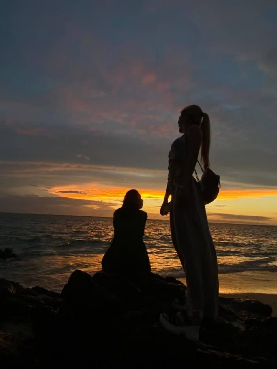 夕方の海岸で踊るJURI先生の写真