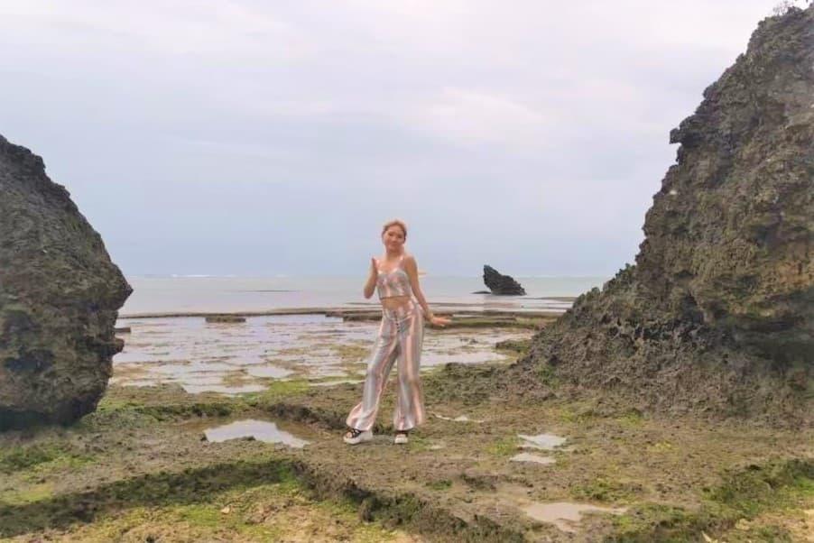 海岸で踊るJURI先生の写真