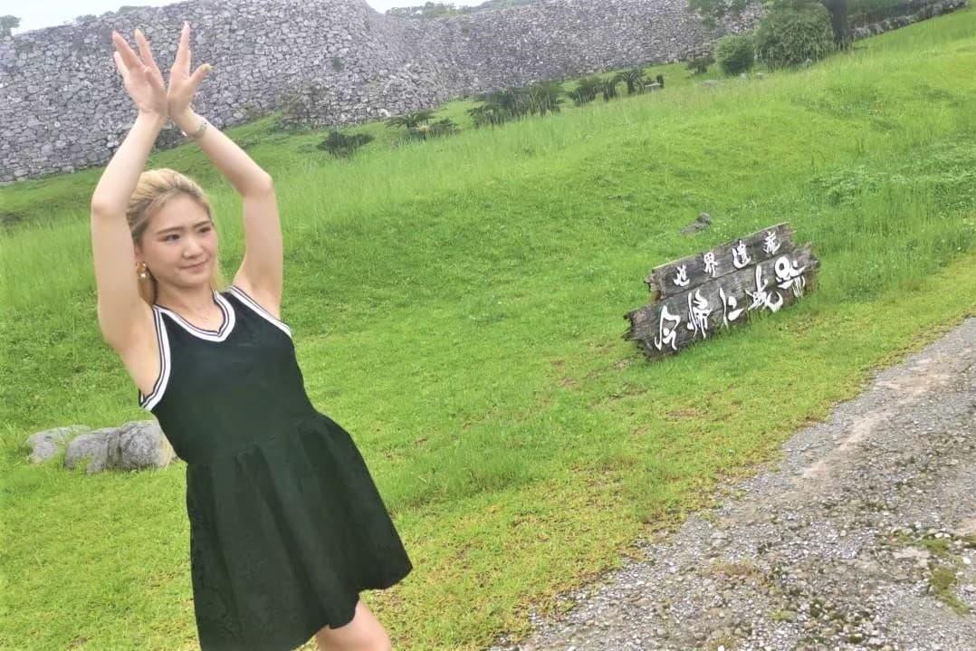 世界遺産の今帰仁城跡で踊るJURI先生の写真_1