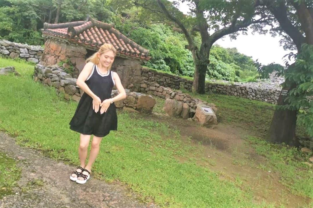 世界遺産の今帰仁城跡で踊るJURI先生の写真_2