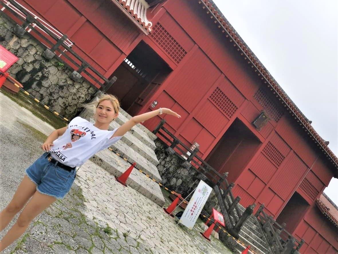 世界遺産の首里城で踊るJURI先生の写真_1